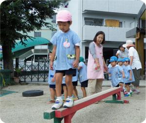 3才児 初日は平均台を二つくっつけてみると、怖がらず前を向いて渡れる子が多かったです。