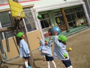 バスケットのゴール目がけてシュート!3才児には難しいものですが、その分入ったときの喜びは倍増!! 遠くにいる担任を呼びに来てくれます。