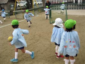 経験者のバスのおじさんとサッカー遊び♪ボールを追いかけているうちに自然と身体がポカポカに!